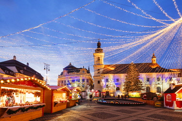 ROM1461 Eastern Europe, Romania, Sibiu, Christmas market in Plaza Piata Mare, City Hall and Baroque Jesuit Church