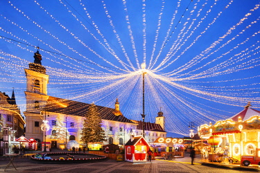 ROM1462 Eastern Europe, Romania, Sibiu, Christmas market in Plaza Piata Mare, City Hall and Baroque Jesuit Church