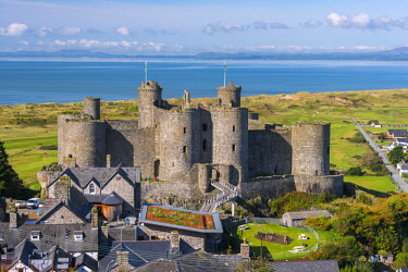UK06165 Uk, Wales, Gwynedd, Harlech, Harlech Castle, Harlech Beach and Llyn Peninsula across Tremadog Bay