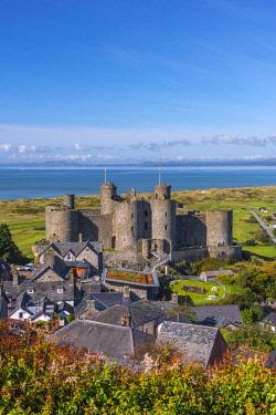 UK06166 Uk, Wales, Gwynedd, Harlech, Harlech Castle, Harlech Beach and Llyn Peninsula across Tremadog Bay
