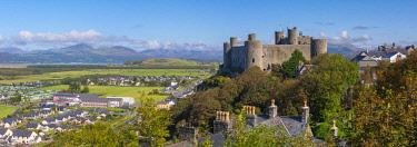UK647RF Uk, Wales, Gwynedd, Harlech, Harlech Castle, Mountains of Snowdonia National Park beyond