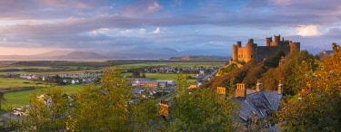 UK06174 Uk, Wales, Gwynedd, Harlech, Harlech Castle, Mountains of Snowdonia National Park beyond