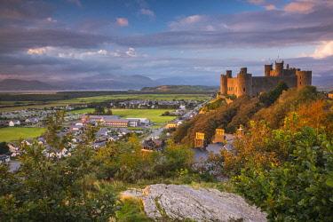 UK06177 Uk, Wales, Gwynedd, Harlech, Harlech Castle, Mountains of Snowdonia National Park beyond