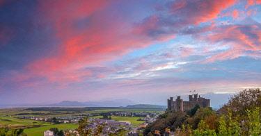UK06180 Uk, Wales, Gwynedd, Harlech, Harlech Castle, Mountains of Snowdonia National Park beyond at sunrise