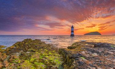 UK06199 UK, Wales, Anglesey, Penmon, Black Point, Trwyn Du Lighthouse (Penmon Lighthouse) at sunrise