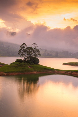SL01204 Sri Lanka, Hatton, Castlereagh Lake