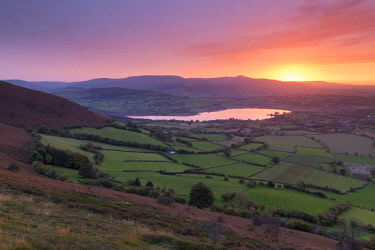 WAL7623AW Glorious sunset over the Brecon Beacons mountains and Llangorse Lake, Brecon Beacons National Park, Powys, Wales. Autumn (October) 2017.