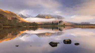 SCO35273AW Kilchurn Castle reflected in Loch Awe on an atmospheric winter morning, Dalmally, Scotland. Winter (March) 2017.
