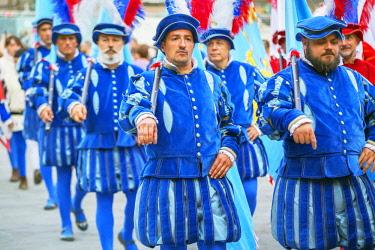 ITA13108AW Participants in Calcio Storico Fiorentino festival parading through Piazza della Signoria, Florence, Tuscany, Italy, Europe
