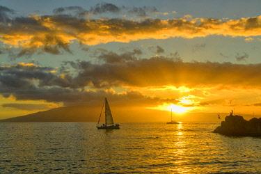 USA13619AW USA, Hawaii, Maui, Kanaapali Beach, people at sunset