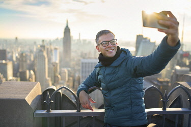 US61746 Usa, New York City, Manhattan, tourist taking a selfie from the Top of the Rock Observatory (MR)