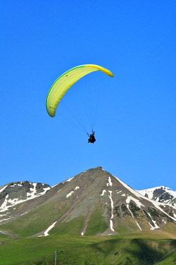 GEO0307AW Paragliding at the Jvari Pass. Kazbegi region. Georgia, Caucasus