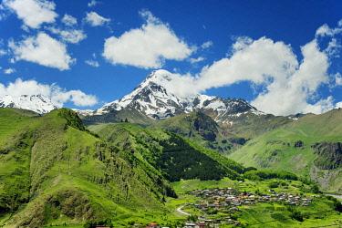 GEO0308AW Mount Kazbek (5047m), the third-highest peak in Georgia, bordering Russia, with the Gergeti Trinity Church on its slopes and the village of Stepantsminda. Khevi-Kazbegi region. Georgia, Caucasus