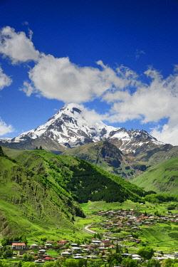 GEO0309AW Mount Kazbek (5047m), the third-highest peak in Georgia, bordering Russia, with the Gergeti Trinity Church on its slopes and the village of Stepantsminda. Khevi-Kazbegi region. Georgia, Caucasus