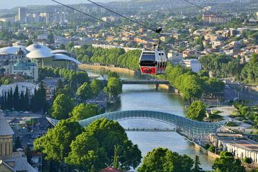 GEO0328AW Bridge of Peace and the Mtkvari river. The famous Cable Car above. Tbilisi, Georgia. Caucasus