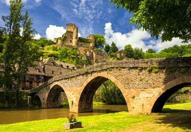 FRA10393AW Chateau Belcastel & 15th Century Bridge over Aveyron River, Belcastel, Occitanie, France