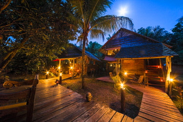 HMS3236038 France, French Guiana, Kourou, resting huts and terraces, Wapa Lodge by night