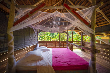 HMS3236072 France, French Guiana, Kourou, resting hut with kingsize bed and mosquito net, Wapa Lodge