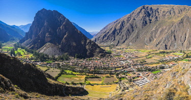 HMS2400315 Peru, Cuzco province, Incas sacred valley, Ollantaytambo, the spanish city seen from the ruins of the inca fortress