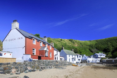WAL7638AW Wales, Gwynedd, Porthdinllaen. The Ty Coch Inn and cottages beside the beach.