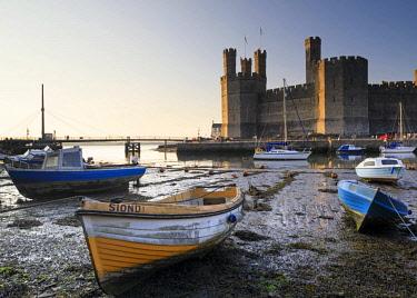 WAL7653AW Wales, Gwynedd, Caernarfon. Boats moored in front of Caernarfon Castle.