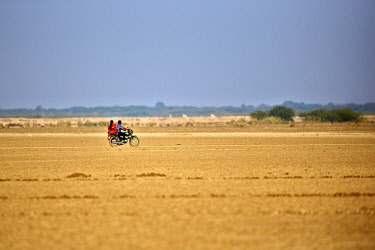 HMS2187929 India, Gujarat state, Little Rann of Kutch, Wild Ass Sanctuary, indians on a motorcycle in the dry area