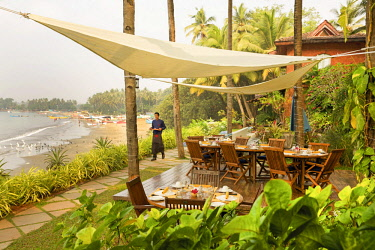 HMS3167084 India, Goa, Coco beach, open-air restaurant of the luxury hotel Ahilya by the sea, in front of a fishermen beach lined with coconut trees