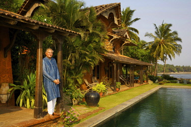 HMS3167085 India, Goa, Coco beach, Richard Holkar, son of the maharadjah of Indore, in front of his luxury hotel Ahilya by the sea with his swimming pool, in front of a beach lined with coconut trees
