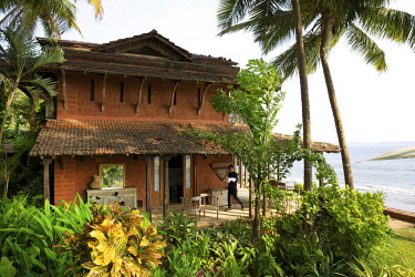 HMS3167107 India, Goa, Coco beach, tile building of the luxury hotel Ahilya by the sea lined with tropical garden, in front of the indian ocean