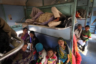 HMS2397782 India, Madhya Pradesh State, Khajuraho, people sleeping, day and night, alone or in groups, are an integral part of the Indian landscape, they find it perfectly normal to sleep in what we would consid...