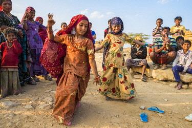 HMS2189741 India, Rajasthan state, Jaisalmer, daning in a gipsy village