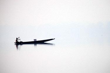 HMS2653497 India, Tripura state, Bambur lake, fishermen