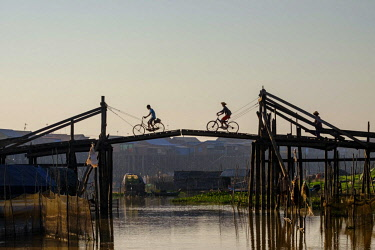 HMS2855733 Cambodia, Kompong Kleang or Kampong Kleang, stilt houses village along the Tonle Sap lake, bascule bridge