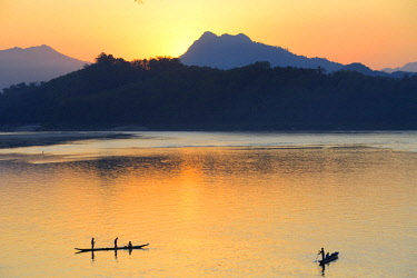HMS2457093 Laos, Luang Prabang, listed as World Heritage by UNESCO, sunset over Mekong River