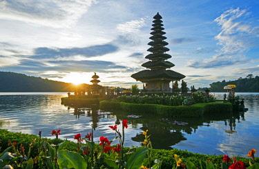 HMS3078723 Indonesia, Bali, Bedugul, Ulun Danu temple on lake Bratan