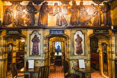 TPX65801 England, London, The City of London, The Black Friar Pub, Interior View with Henry Poole's Art Nouveau Reliefs