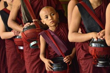HMS3184026 Myanmar, Bago (Pegu), Kya Kha Wain kyaung monastery, Monks and novices with begging bowls