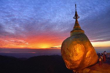 HMS3184046 Myanmar, Mon State, Kyaiktiyo, The Golden Rock at sunset