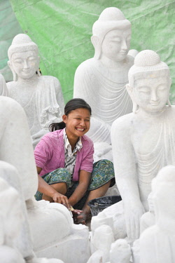 HMS3184062 Myanmar, Mandalay, Mahamuni pagoda surroundings, Sculptor and Buddha statue