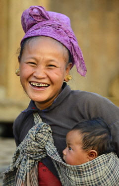 HMS3184103 Myanmar, Shan State, Kengtung (Kyaingtong) region, Pa Kaw village, Ann mother and child