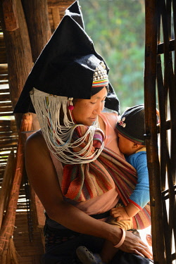 Myanmar, Shan State, Kengtung (Kyaingtong) region, Ho Lap village, Akha mother and child