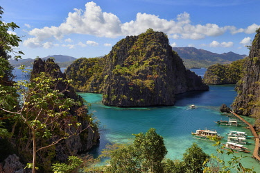 HMS2618021 Philippines, Calamian Islands in northern Palawan, Coron Island Natural Biotic Area, lagoon on the way to Kayangan Lake, steep cliffs and Karst rock formations made of Permian limestone