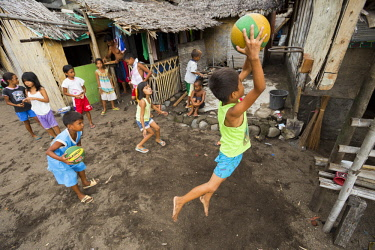 HMS3145960 Philippines, Luzon, Albay Province, Tiwi, children playing basketball