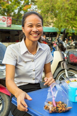 HMS3042817 Thailand, province of Phra Nakhon Si Ayutthaya, Ayutthaya, outdoor food stand, young girls enjoying grilled insects