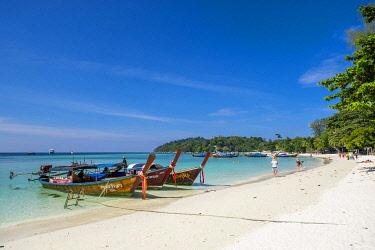 HMS3232996 Thailand, Satun province, Ko Lipe island, Pattaya white sand beach, long tail traditional boats