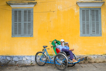 HMS2479776 Vietnam, Quang Nam province, Hoi An, listed as World Heritage by UNESCO, rickshaw driver