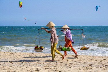 HMS2479796 Vietnam, Binh Thuan province, the village of Mui Ne, beach and street vendors