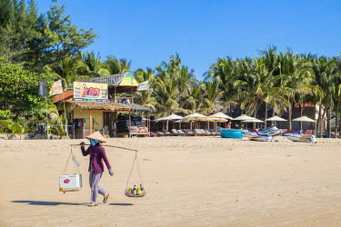 HMS2479800 Vietnam, Binh Thuan province, the village of Mui Ne, beach and street vendors