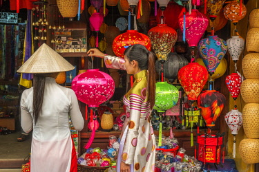 HMS2563224 Vietnam, South Central Coast region, Quang Nam province, Hoi An, the old town became a UNESCO world heritage site in 1999, chinese lanterns shop