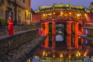 HMS2563225 Vietnam, South Central Coast region, Quang Nam province, Hoi An, the old town became a UNESCO world heritage site in 1999, the Japanese Pagoda Bridge is a covered bridge built in 1593 to connect the C...
